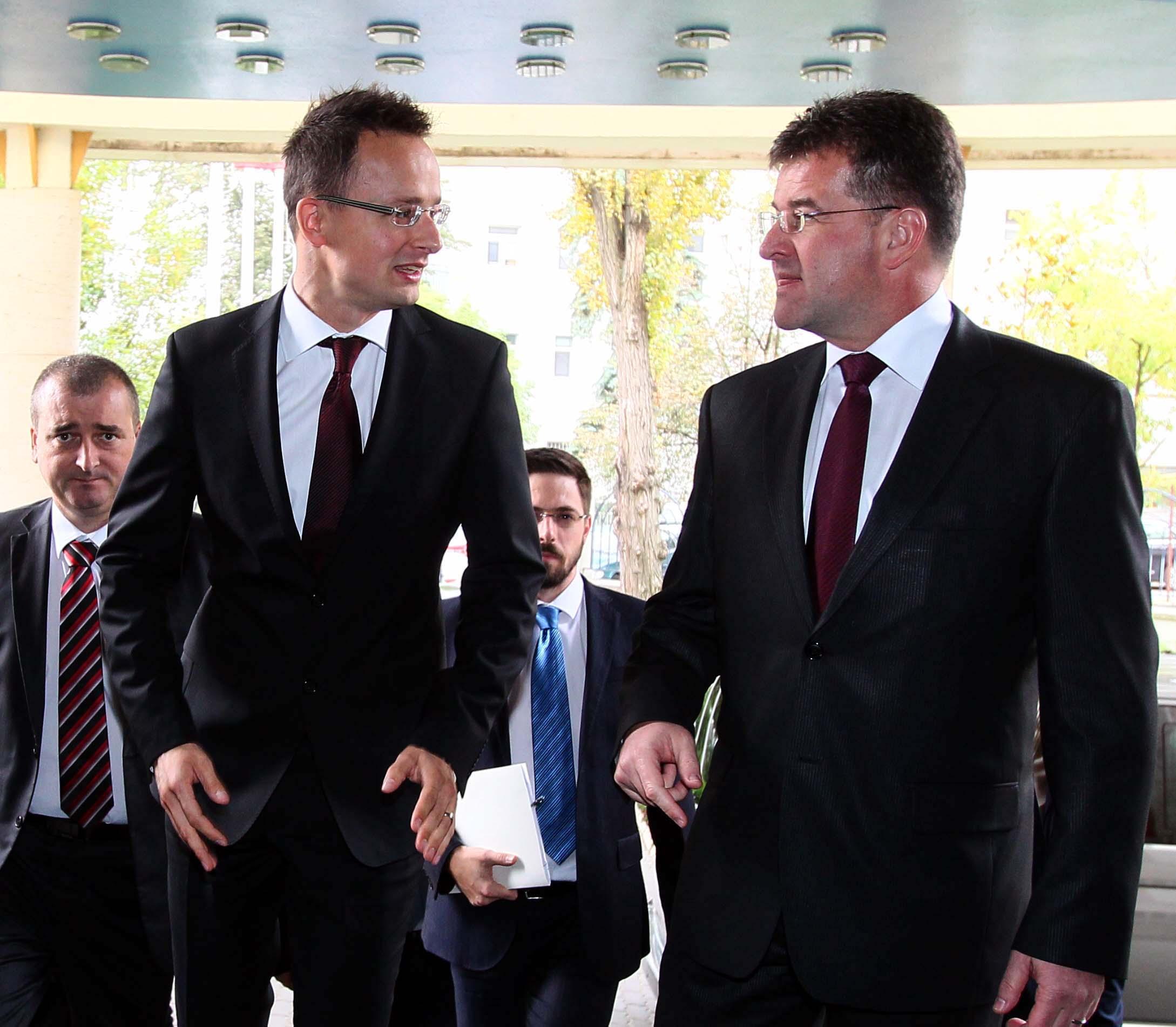 Szijjártó Péter és Miroslav Lajcák - kerülgetik a forró kását. (Fotó: Angyal Sándor)