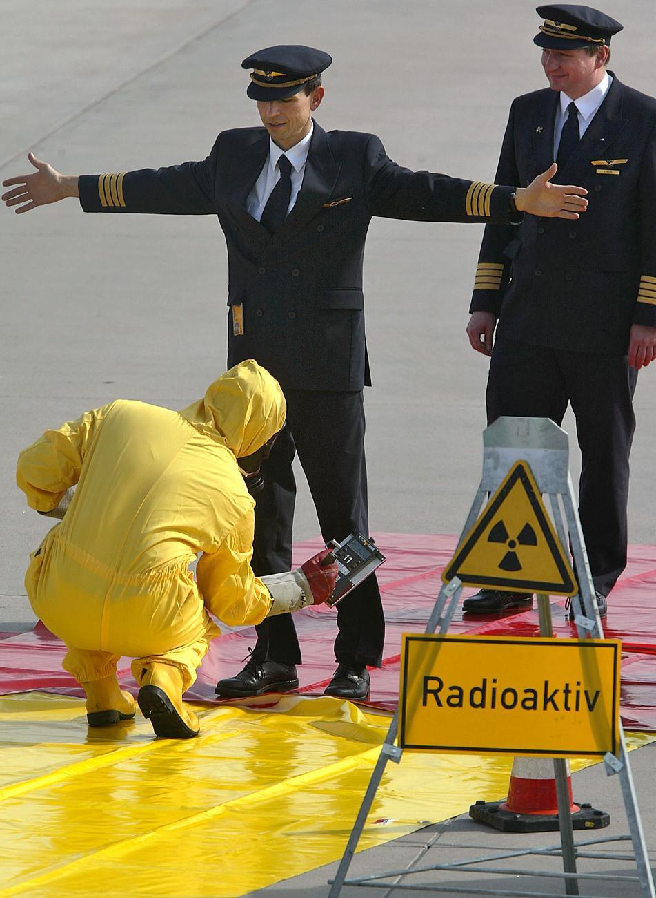 Pilótákat ellenőriznek a frankfurti reptéren egy gyakorlat során