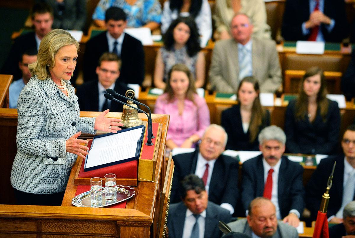 A volt amerikai külügyminiszter asszony 2011-ben a magyar Országgyűlés előtt. Ilyen magas szintű hivatalos kétoldalú találkozó azóta sem volt a két ország között