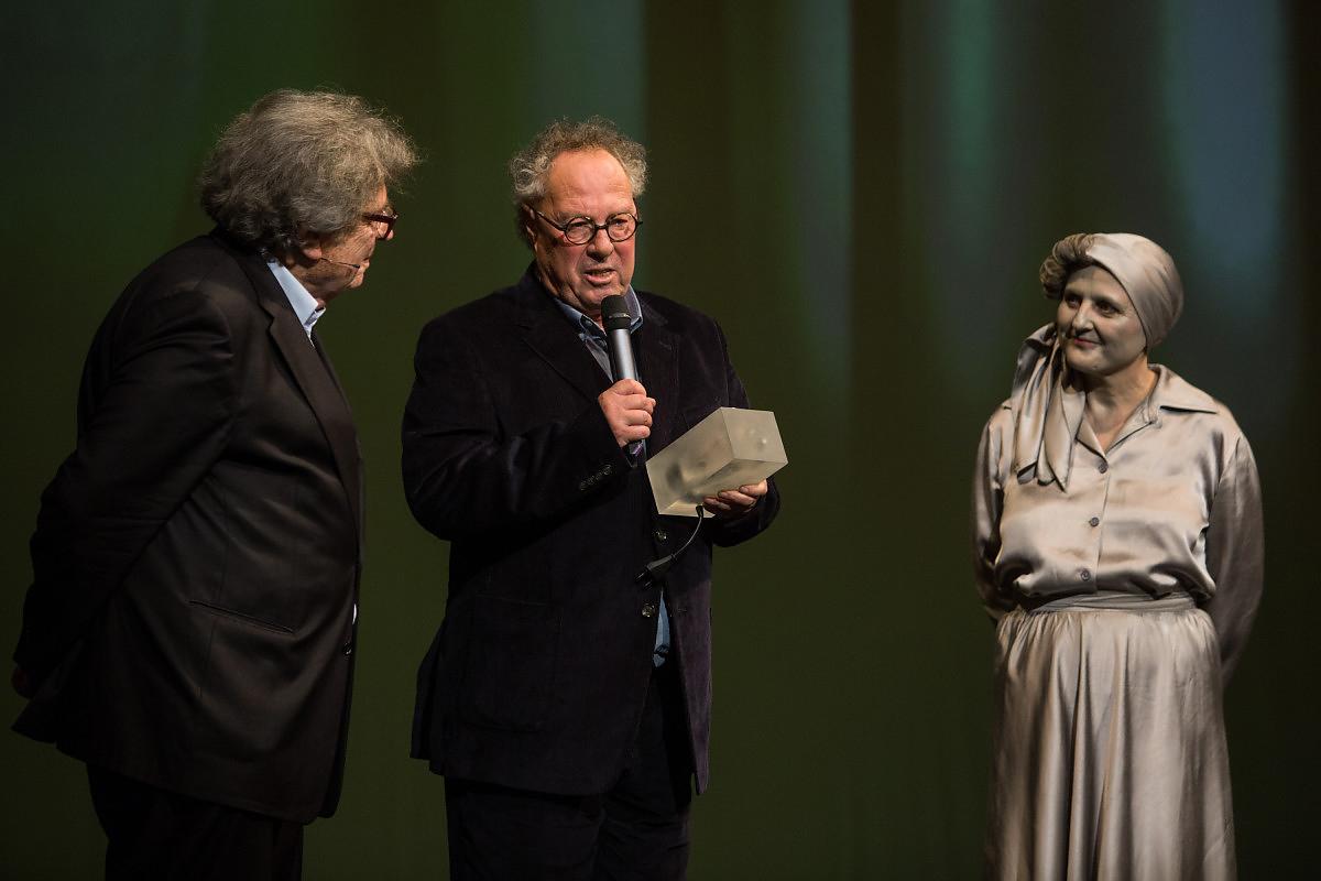 Kenedi János a díjátadáson, Konrád György és a műsorvezető társaságában.