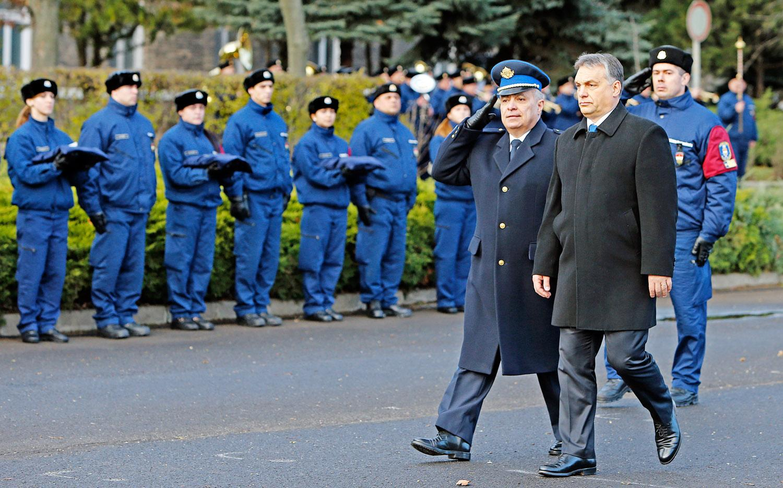 A kormányfő karácsony előtt ígérte meg a rendvédelmisek életpályamodelljének bevezetését