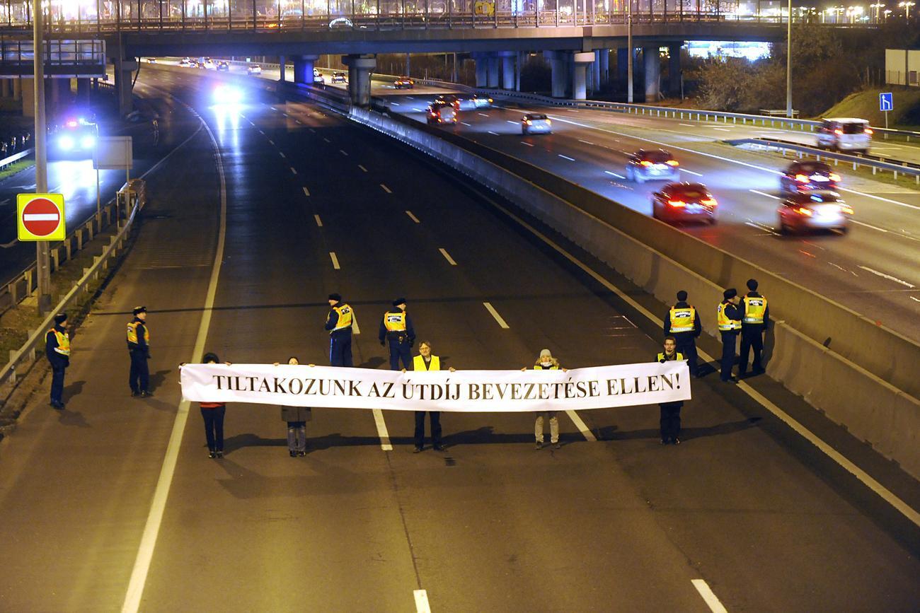 Decemberben az M1-es és az M7-es közös szakaszának a lezárásával a civilek már tiltakoztak az útdíj ellen