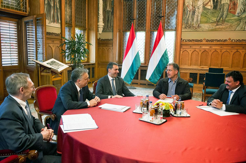 Barátok közt. Tavalyi egyeztetés az önkormányzatokról: Pintér Sándor, Orbán Viktor, Lázár János, Kósa Lajos és Schmidt Jenő TÖOSZ-elnök