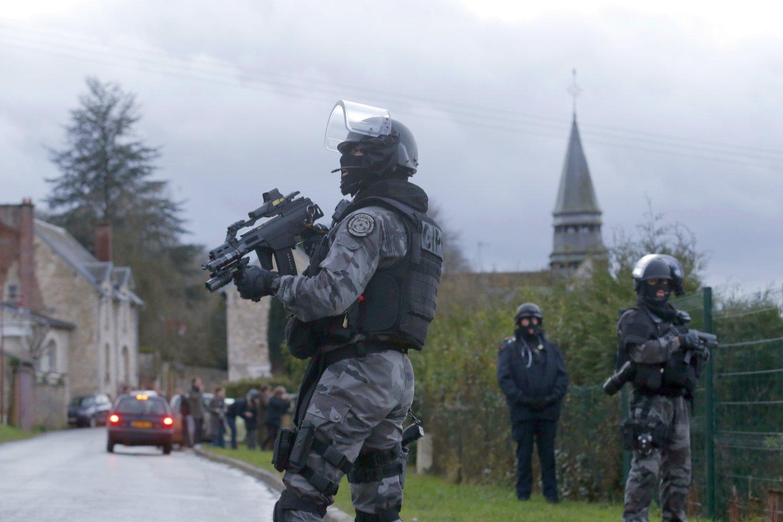 Rendőri erők kutatnak Párizstól északra csütörtök este