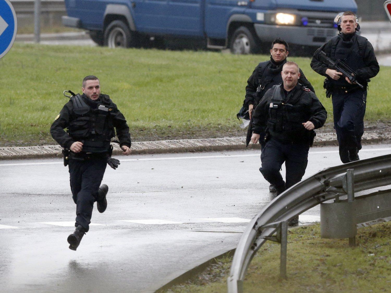 Csendőralakulat érkezik a túszejtés helyszínére péntek reggel