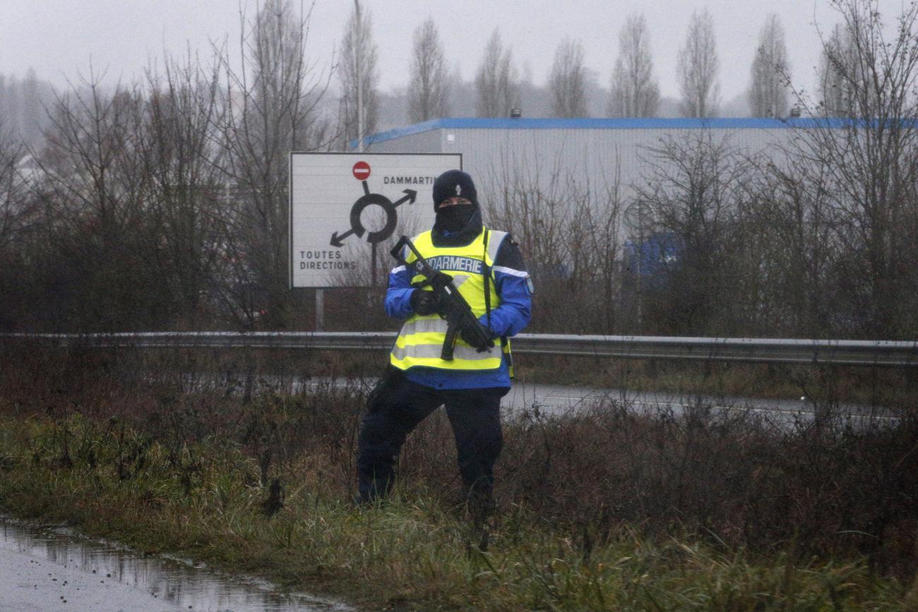 Kommandós őrzi a Dammartin-en-Goële felé vezető utat