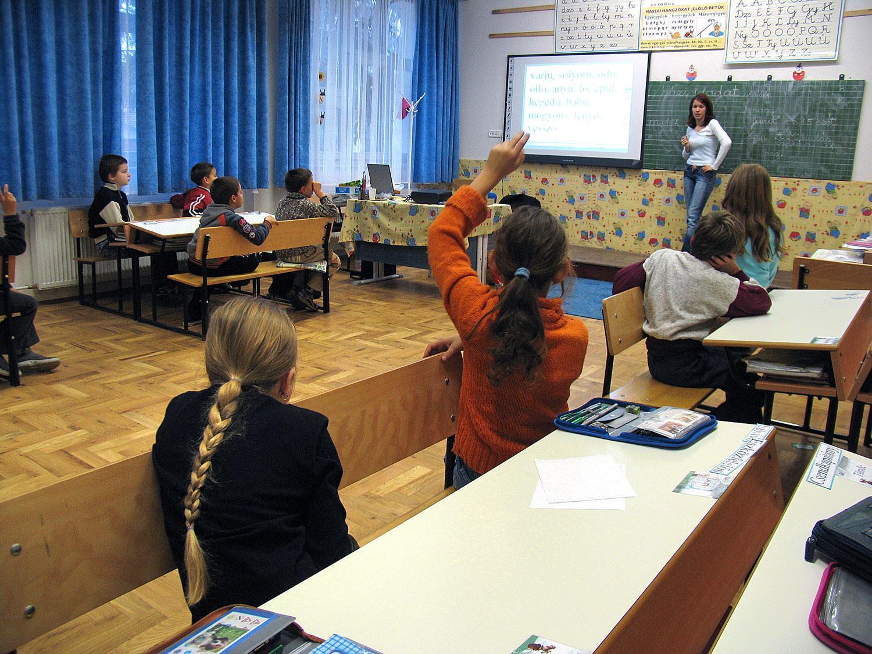 Kecel egyetlen, 2005-ben felújított általános iskolájában, amelyet négy éve adtak oda a katolikus egyháznak