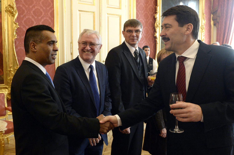 Hegedűs István és Áder János kézfogása december 17-én a köztársasági elnök magyarországi kisebbségek tiszteletére adott díszebédjén. Nem önálló szereplő?