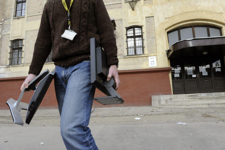 A Magyar Nemzet szerkesztősége előtt péntek délután. Nem szóltak nekik előre