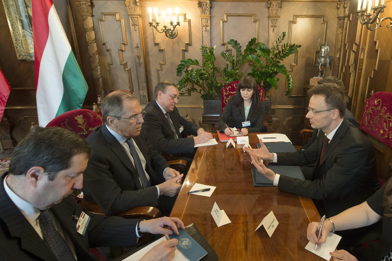 Szergej Lavrov orosz külügyminiszter tárgyalás közben Szijjártó Péterrel az Országházban