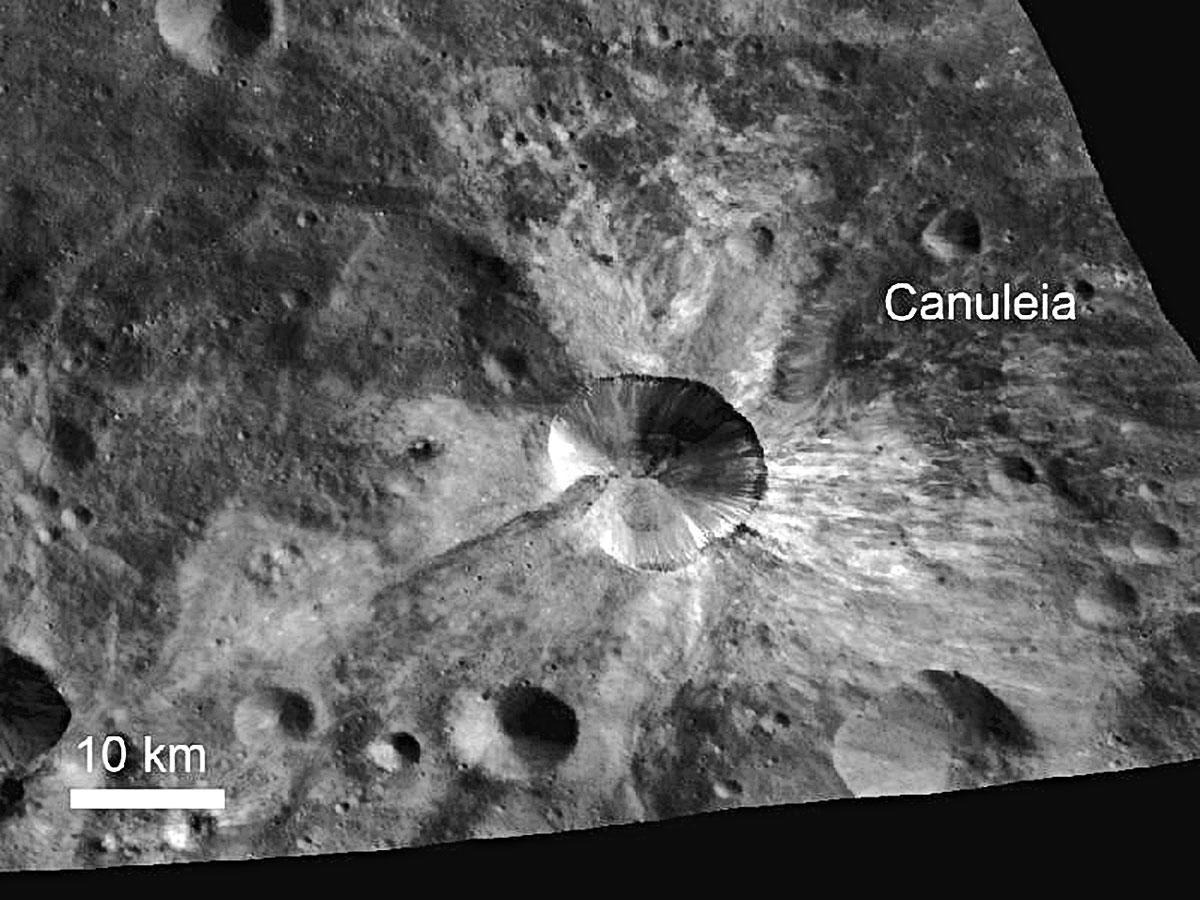 NASA Dawn (Hajnal) nevű űrszondája váratlanul érdekes részleteket tárt fel a hatalmas Vesta kisbolygó felszíni jellegzetességeiről.