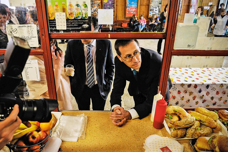 Varga Mihály nemzetgazdasági miniszter az iskolai büfé kínálatát szemlézi. A hatástanulmányba is betekintést nyert