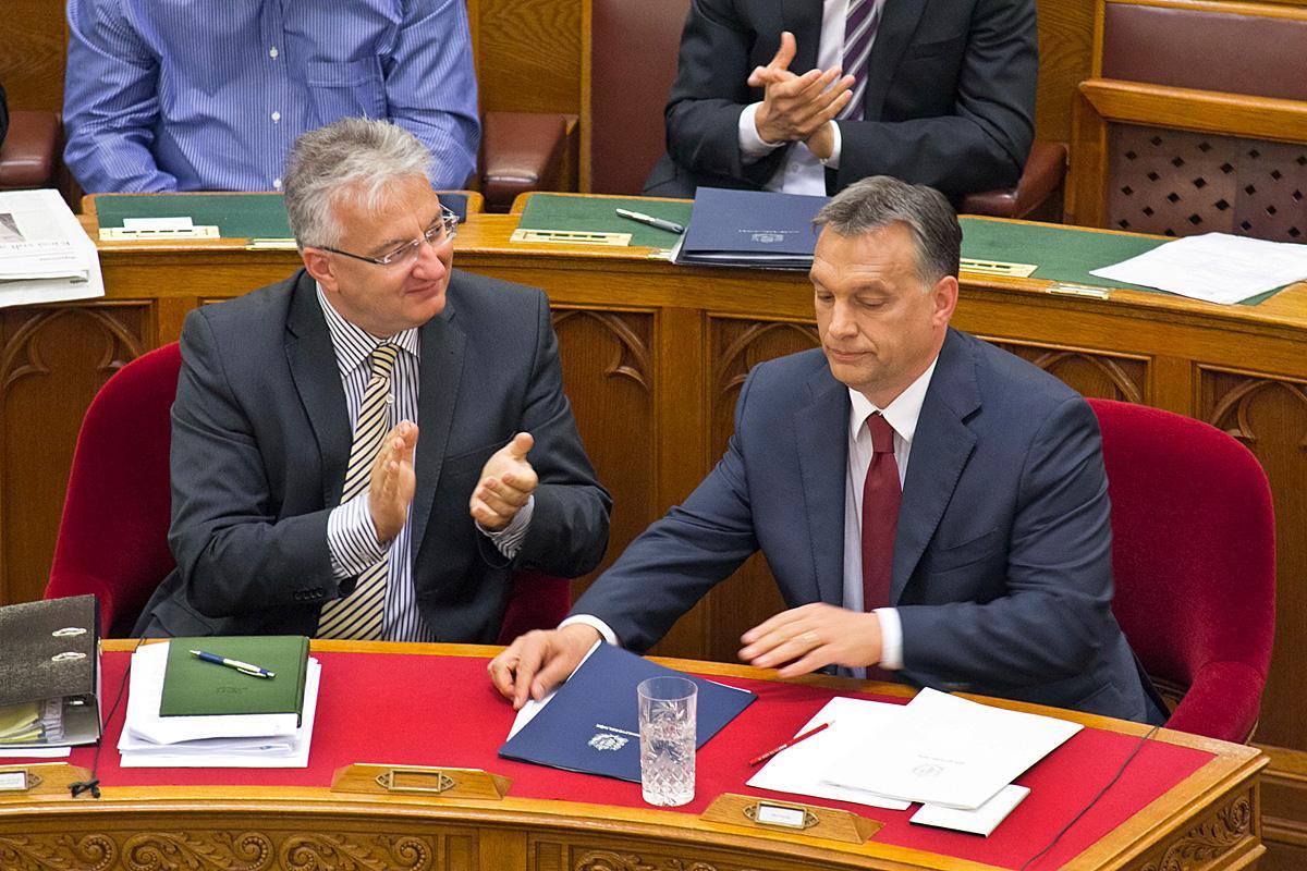 Semjén Zsolt miniszterelnök-helyyettes, KDNP-elnök és Orbán Viktor kormányfő 2013-ban a parlamentben. Taps a katasztrófához