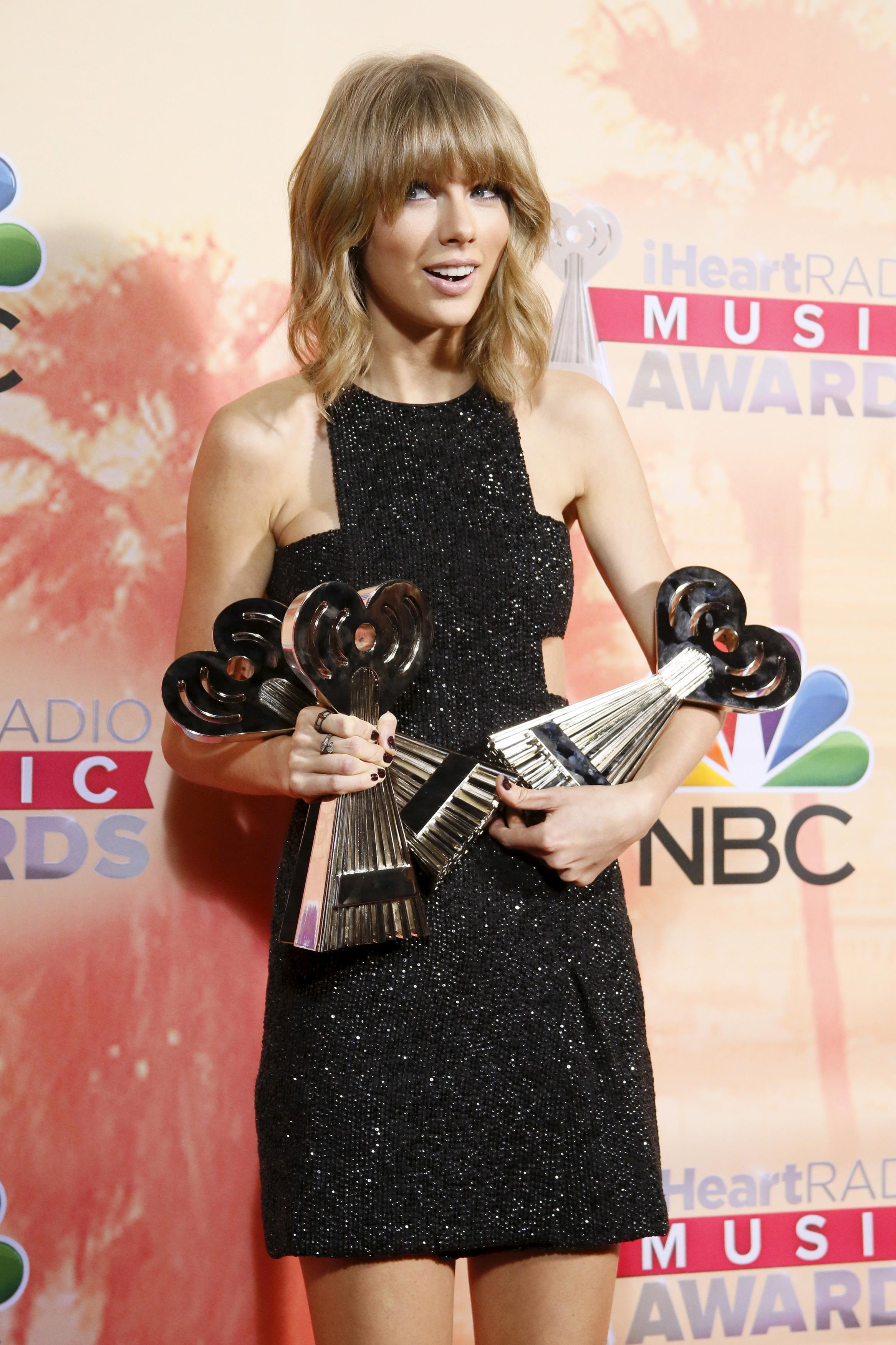 Taylor Swift az iHeartRadio Music Awards-on besöpört díjaival pózol Los Angelesben