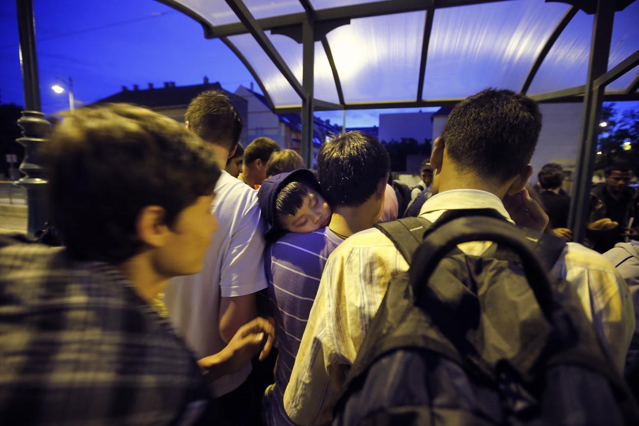 Migránsok várakoznak a pályaudvaron