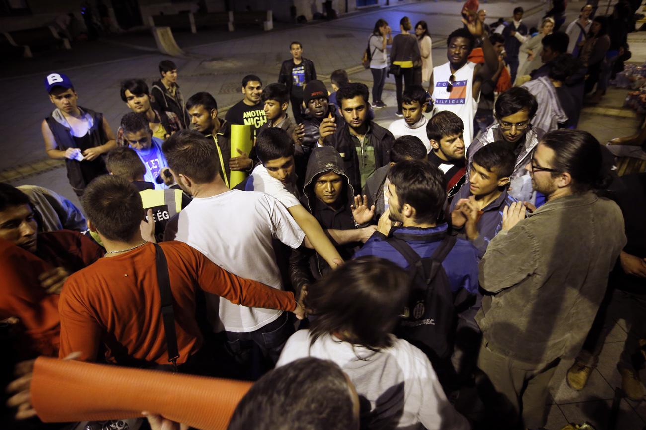 A migránsok némelyike olyan éhes volt, hogy szinte kitépte az önkéntesek kezéből a szendvicset