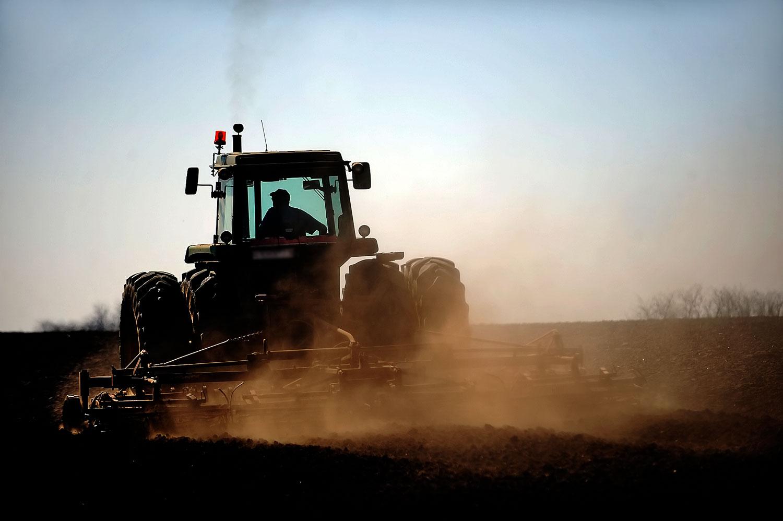 Munkagép a kajászói határban. A helyi gazdák végképp elveszíthetik az állami földeket