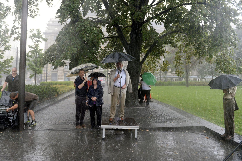 Az állami földek eladása ellen tiltakozott az Élőlánc, de Ángyán Józsefék demonstrációját elmosta az eső