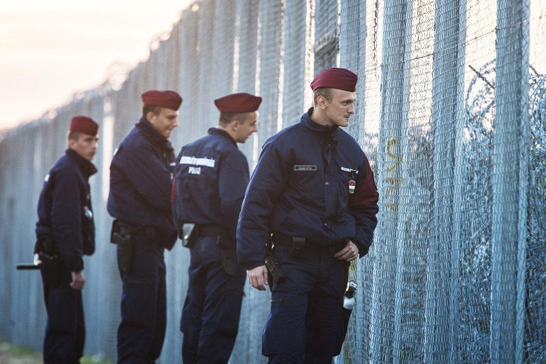 Rendőrök járőröznek az ideiglenes biztonsági határzár mellett a magyar-szerb határon