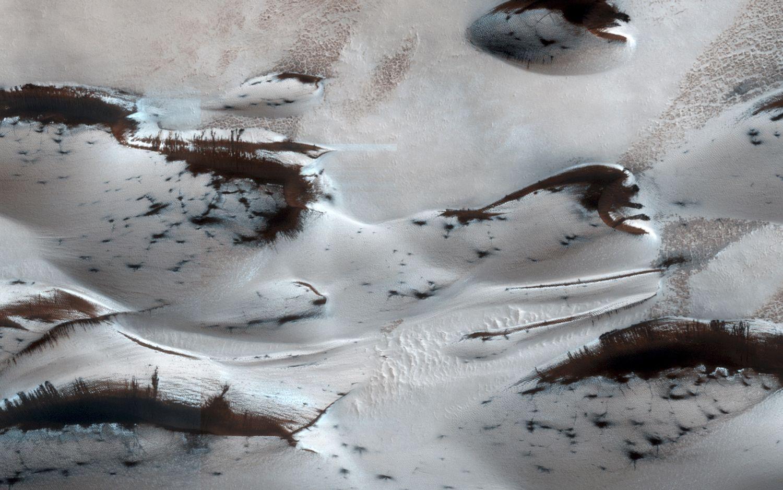 Szárazjég az északi homokdűnék között