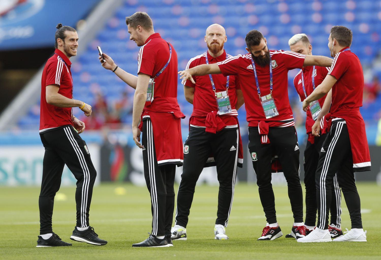 Gareth Bale, Wayne Hennessey és csapattársaik hülyülnek a meccs előtt