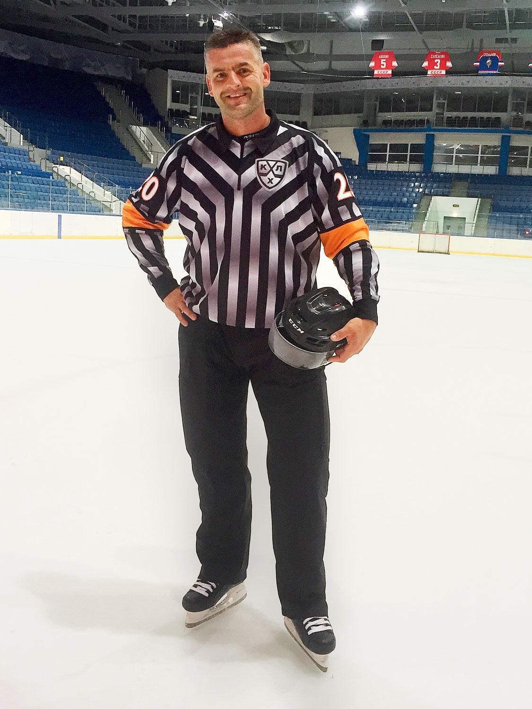 Már az edzőtáborban büszkén viseli a KHL-es bírómezt