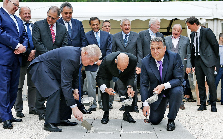 Tarlós és Orbán a Dagály uszoda építésénél. Lerakják az alapokat