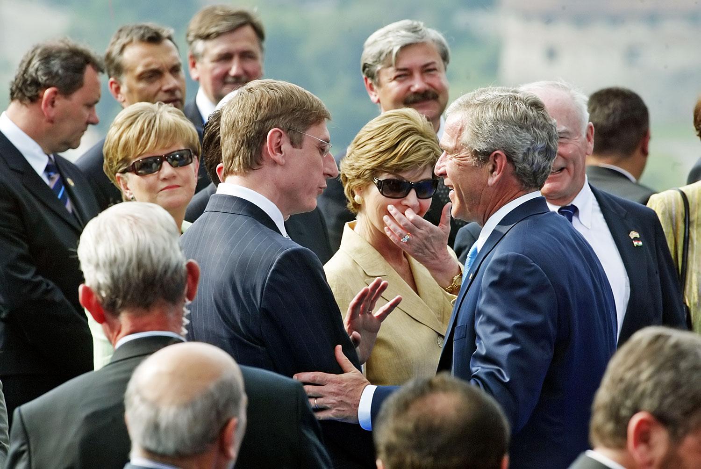 Ifj. George Bush akkori elnök 2006-ban  ellátogatott Budapestre, ahol Gyurcsány Ferenc és Orbán Viktor (fölső sor, balról a második) előtt barátnak nevezte Magyarországot. Orbánt már nem látják szívesen Washingtonban