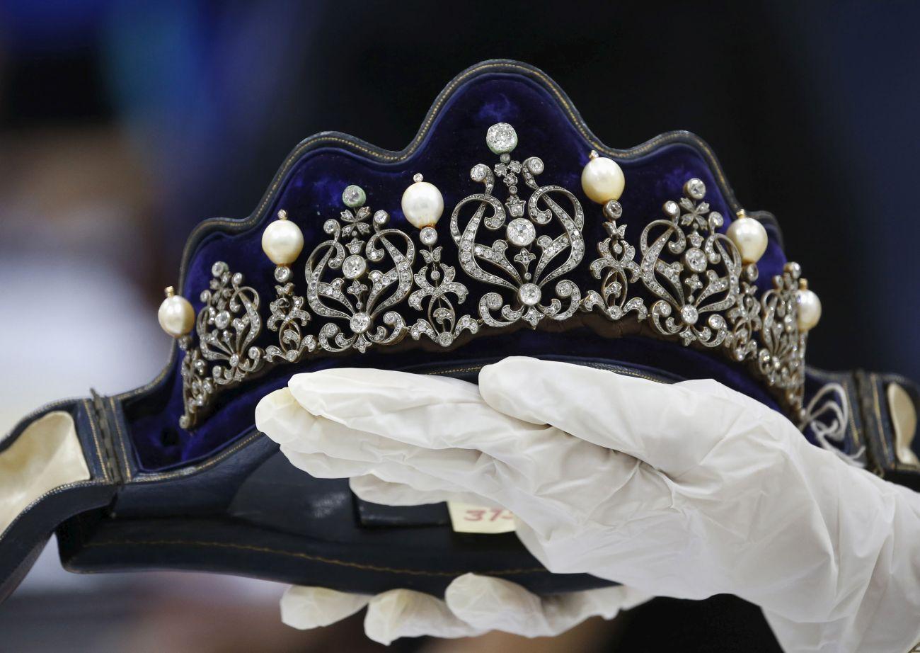 Imelda Marcos híres ékszergyűjteményének egy szerényebb darabja