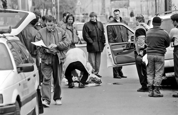 A szervezett alvilággal szoros kapcsolatban álló Prisztás Józsefet a nyílt utcán, fényes nappal lőtték le 1996 november elsején. A nyitott kocsiajtó mögött Doszpot Péter