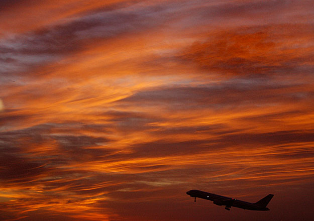 An American Airlines Boeing 757 takes off from Dallas / Fort Worth international Airport in Texas at sunset February 19, 2007. REUTERS/John Gress (UNITED STATES)