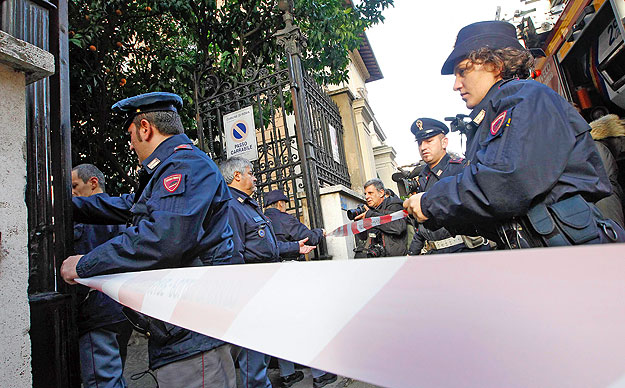 Police arrive at the Chilean embassy in Rome, December 23, 2010. An explosion occurred at the Chilean embassi in Rome, police said on Thursday were no further details. The explosion occurred hours after a package exploded at the Swiss embassy in Rome